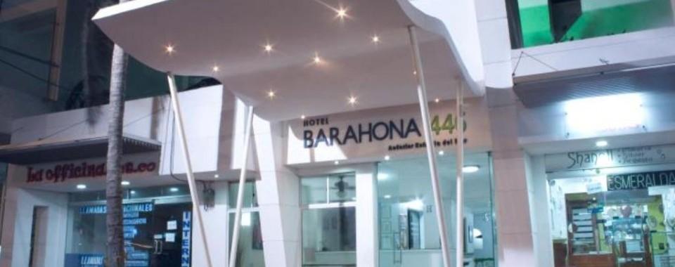 Entrada - Vista nocturna.  Fuente: Hotel Barahona 446 Fanpage Facebook